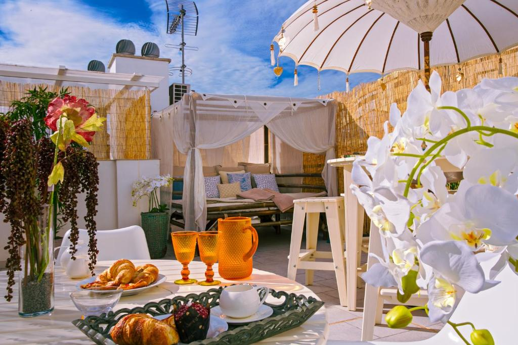 A restaurant or other place to eat at Living4Malaga Boutique Apartments
