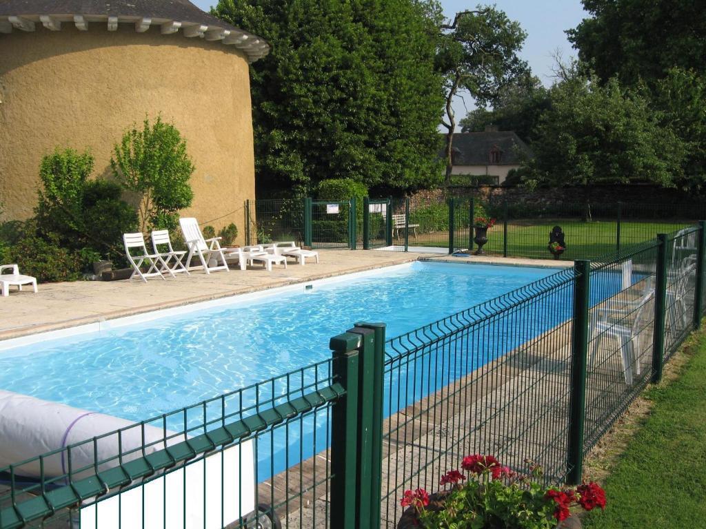 The swimming pool at or near Appartement Domaine de la Freslonnière
