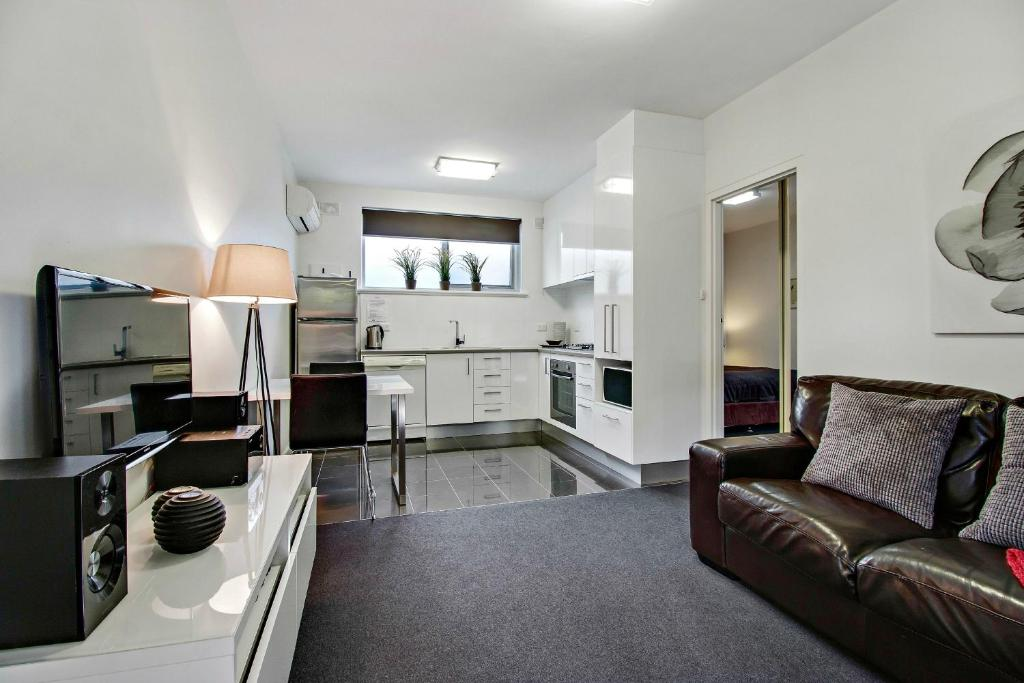 A kitchen or kitchenette at Adelaide Dress Circle Apartments - Sussex Street