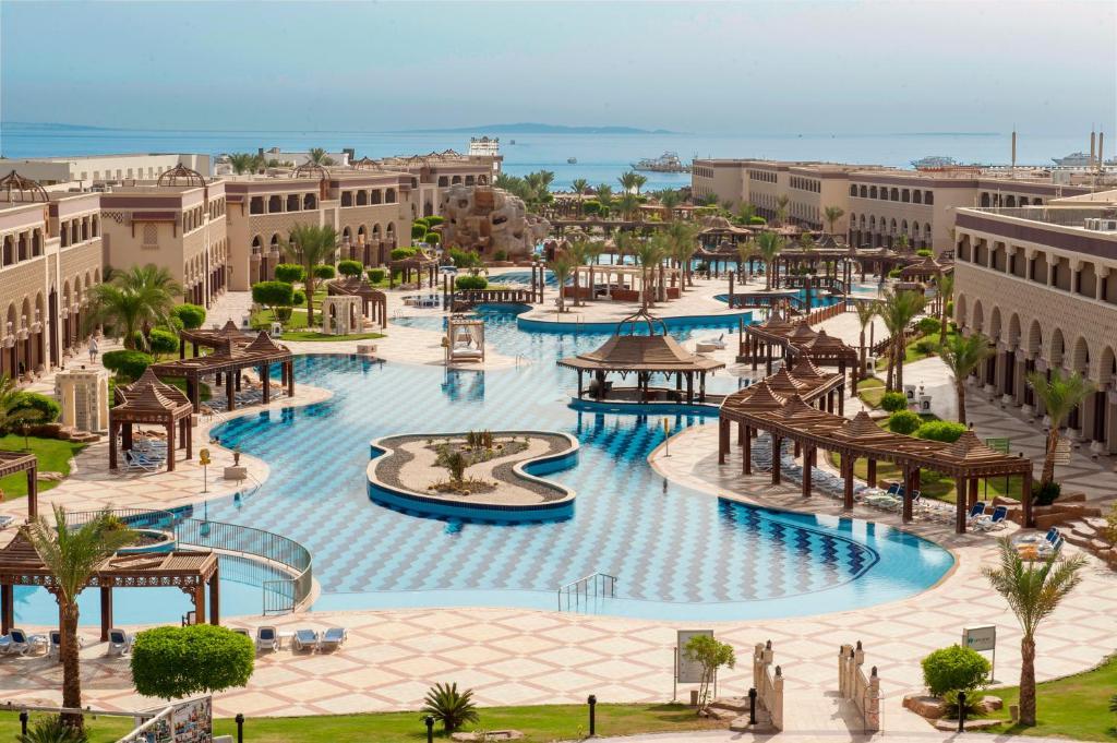 Vaade basseinile majutusasutuses Sentido Mamlouk Palace Resort või selle lähedal