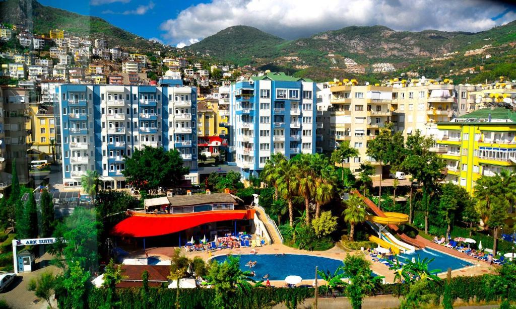 Uitzicht op het zwembad bij Ark Apart and Suite Hotel of in de buurt