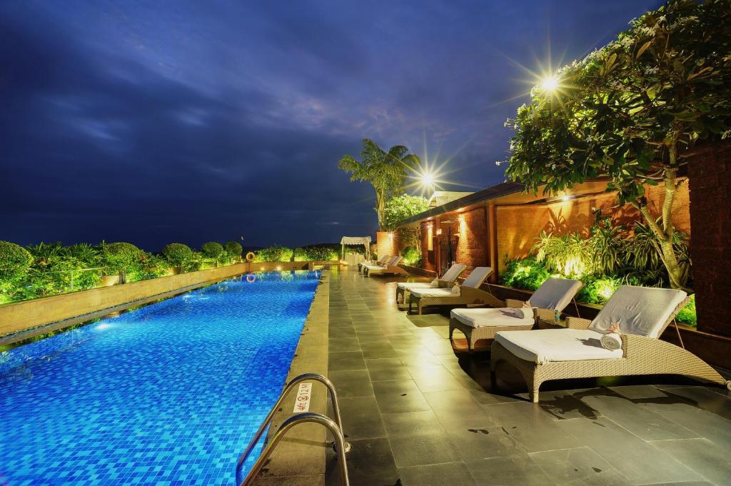 The swimming pool at or close to Vivanta Goa, Panaji