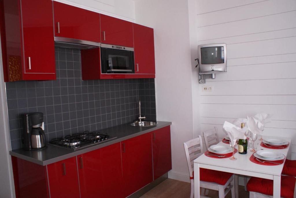 A kitchen or kitchenette at Appartement Le Lavandou