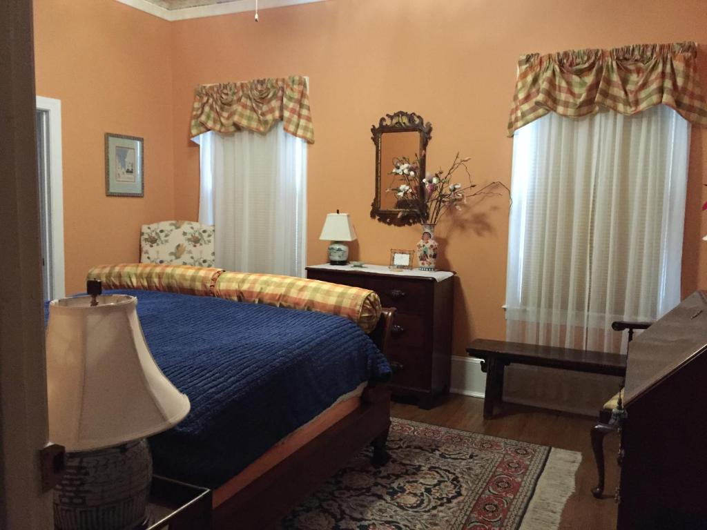 A bed or beds in a room at Hanna House Bed & Breakfast
