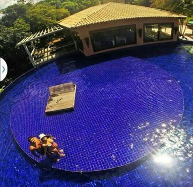 The swimming pool at or close to Bangalô Villas do Pratagy com jacuzzi