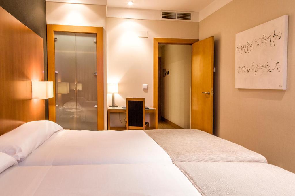 Un pat sau paturi într-o cameră la Zenit Logroño
