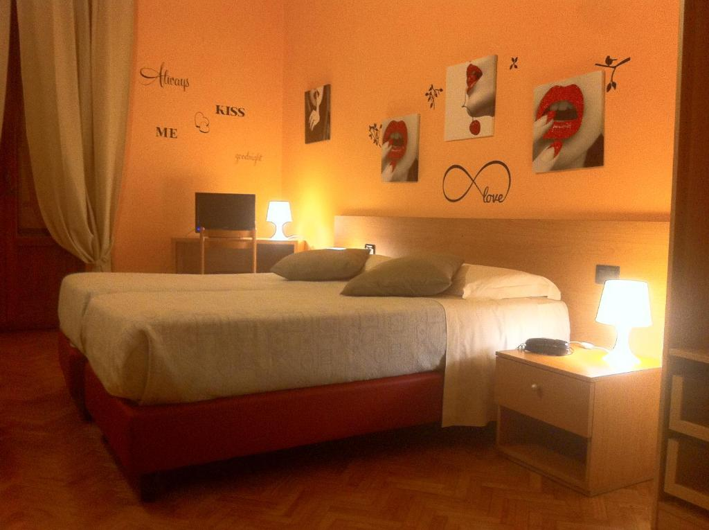 A bed or beds in a room at Hotel Leopolda