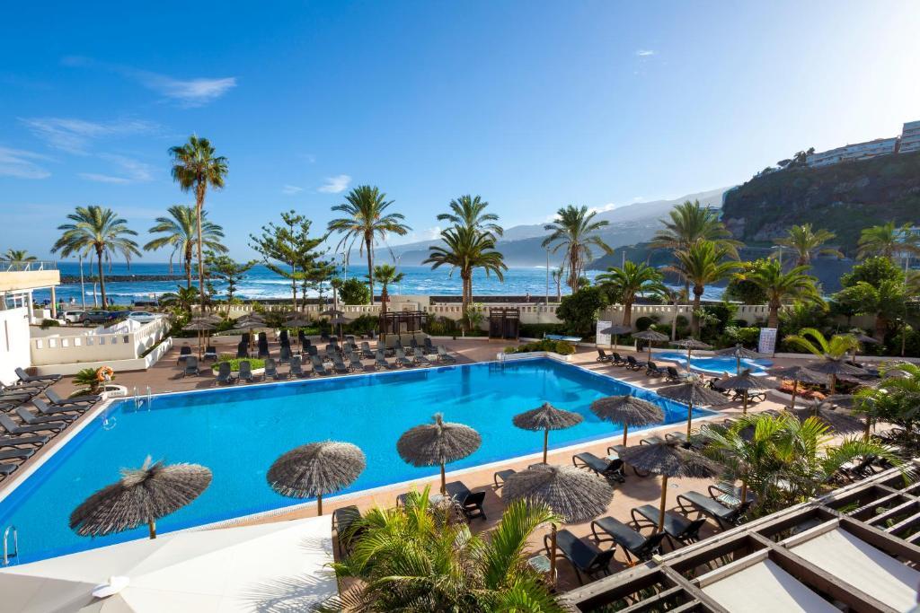Vista de la piscina de Sol Costa Atlantis Tenerife o alrededores