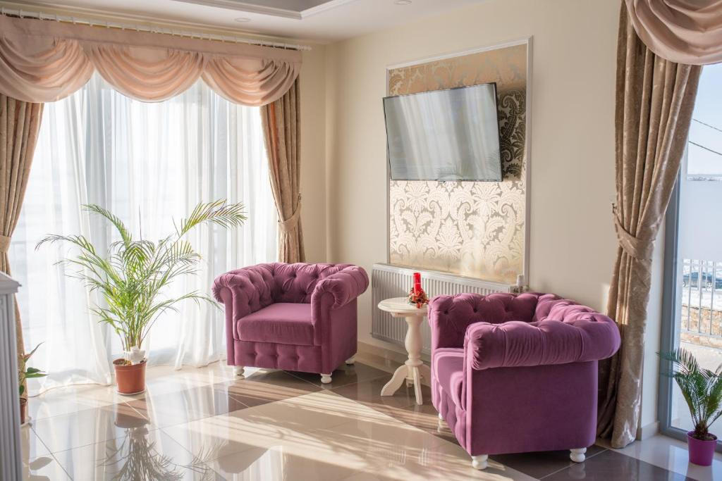A seating area at Pensiunea La Vie