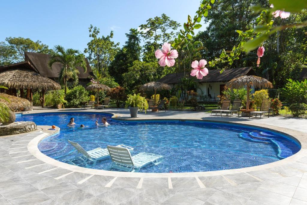 The swimming pool at or close to Hotel Suizo Loco Lodge & Resort