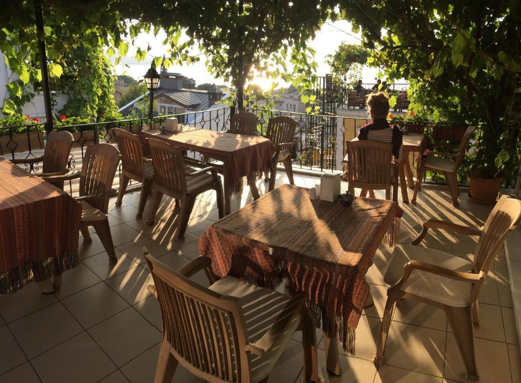 A restaurant or other place to eat at Marmara Guesthouse