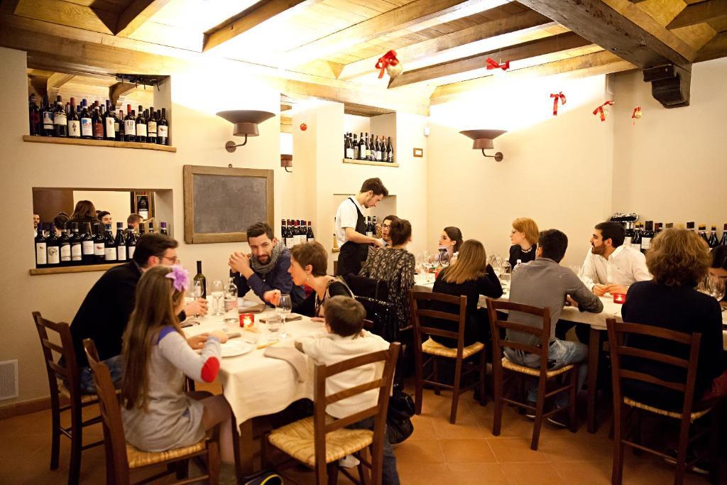 Ein Restaurant oder anderes Speiselokal in der Unterkunft Il Giardino di Ghilot