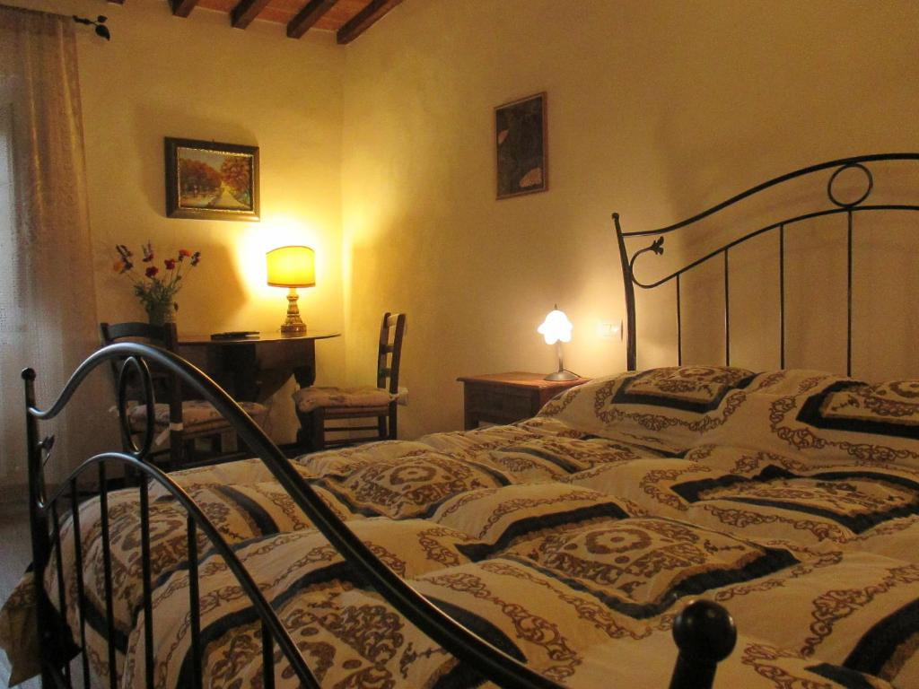 A bed or beds in a room at Podere Pian dei Gelsi