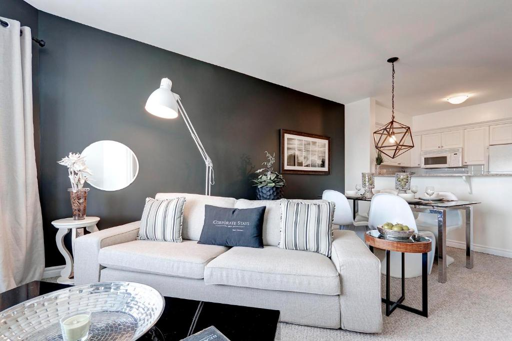 A seating area at Corporate Stays 50 Laurier Splendid Apartments