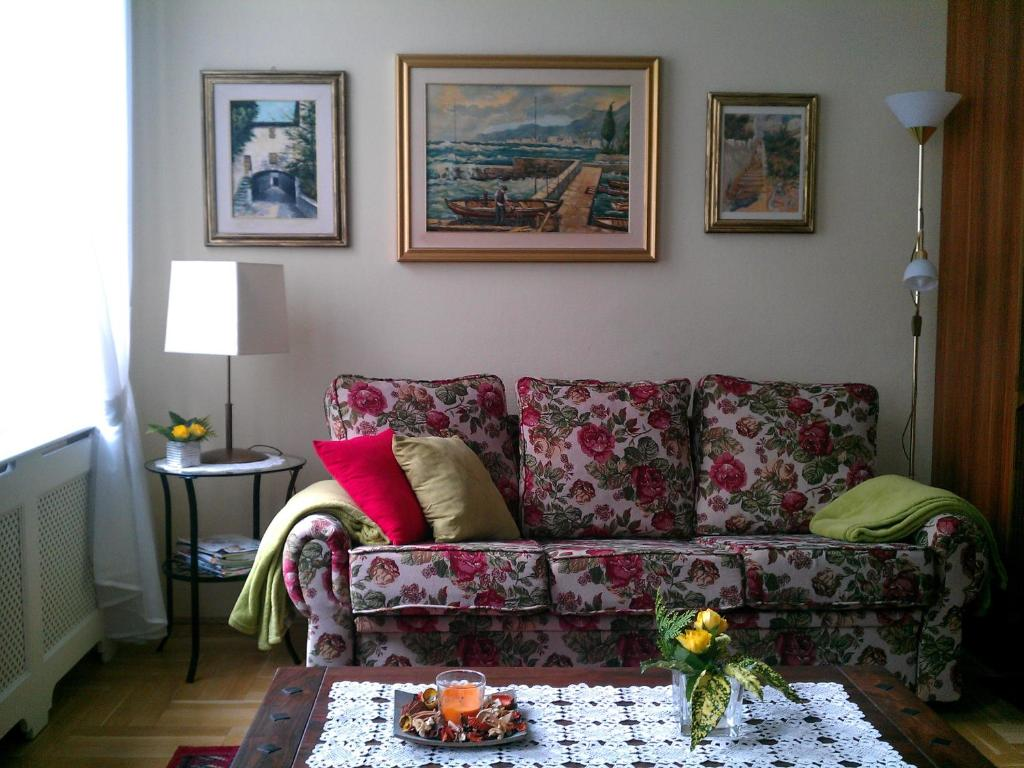 A seating area at Apartment L&A
