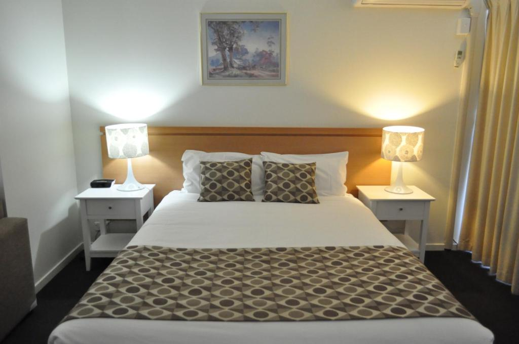 A bed or beds in a room at Albury Burvale Motor Inn