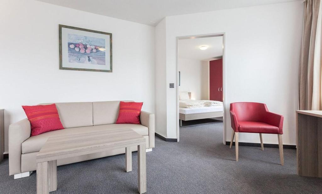 Ein Sitzbereich in der Unterkunft EMA House Serviced Apartments Aussersihl