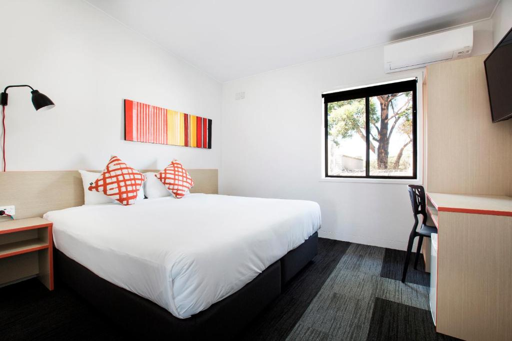 A bed or beds in a room at Villawood Hotel