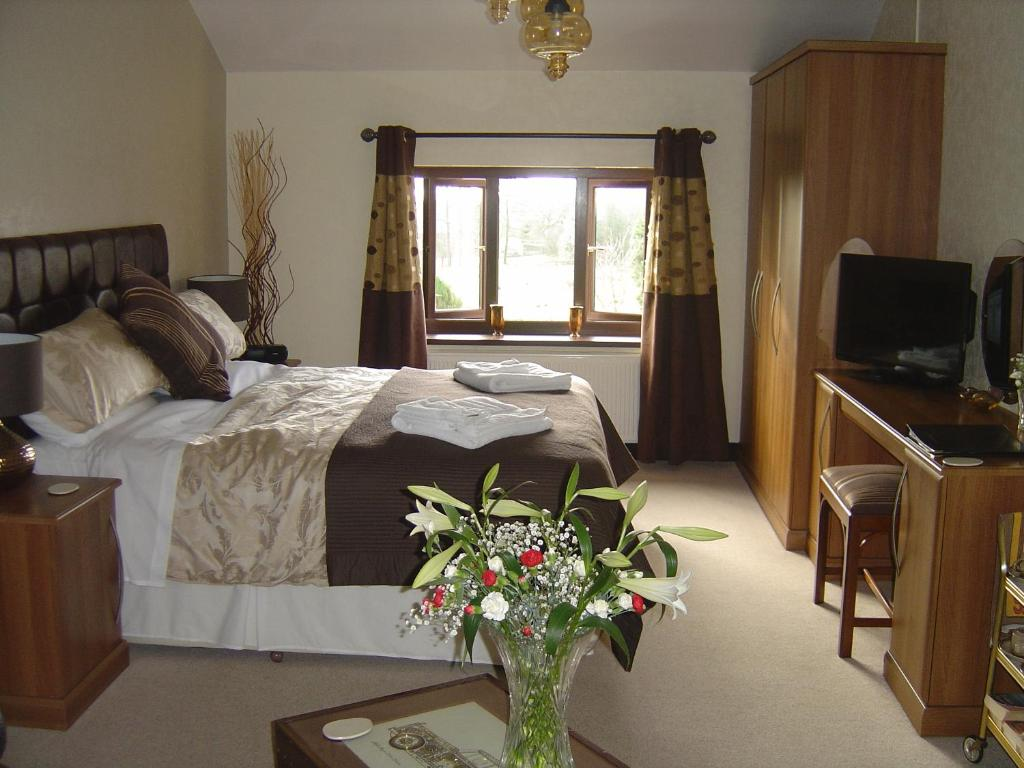 A bed or beds in a room at Loe Lodge