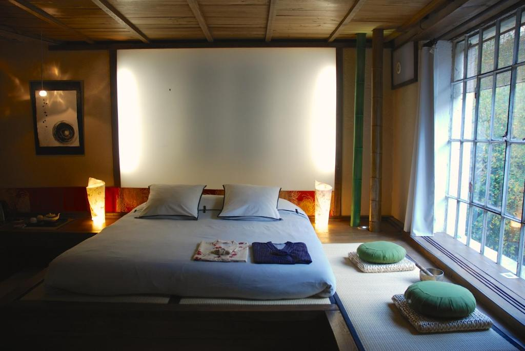 A bed or beds in a room at Minshuku Chambres d'hôtes japonaises