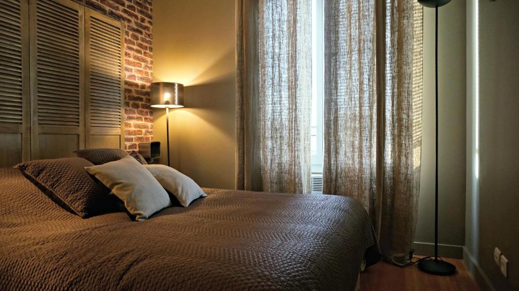 A bed or beds in a room at Little Suite - Westhoek