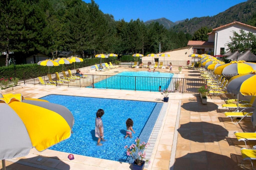The swimming pool at or near Camping Les Eaux Chaudes