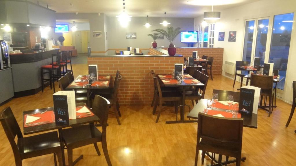 Ein Restaurant oder anderes Speiselokal in der Unterkunft Logis Cottage Hôtel