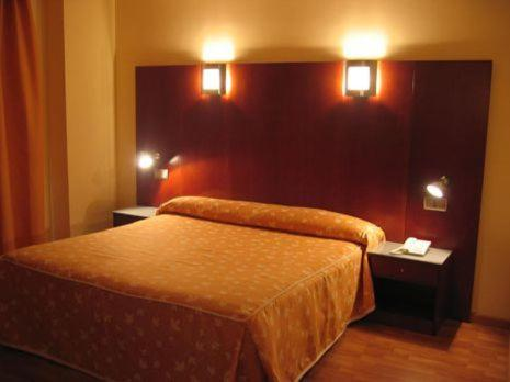 A bed or beds in a room at Hotel Doña Urraca