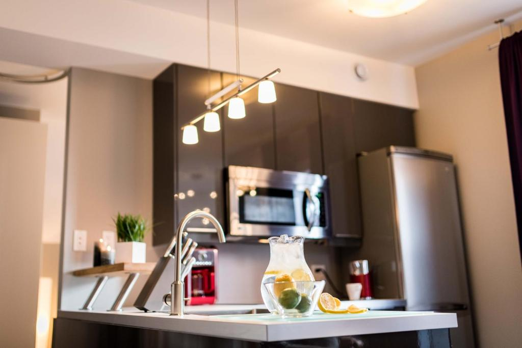 A kitchen or kitchenette at Château Queen by Bower Hotels & Suites
