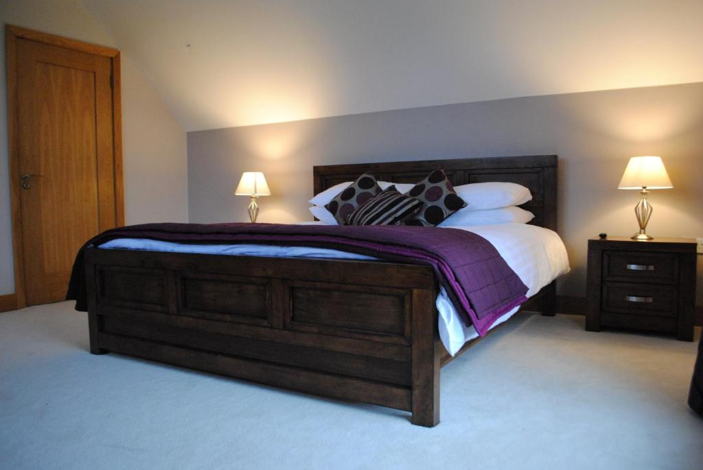 A bed or beds in a room at Lough Eske Lodge B&B