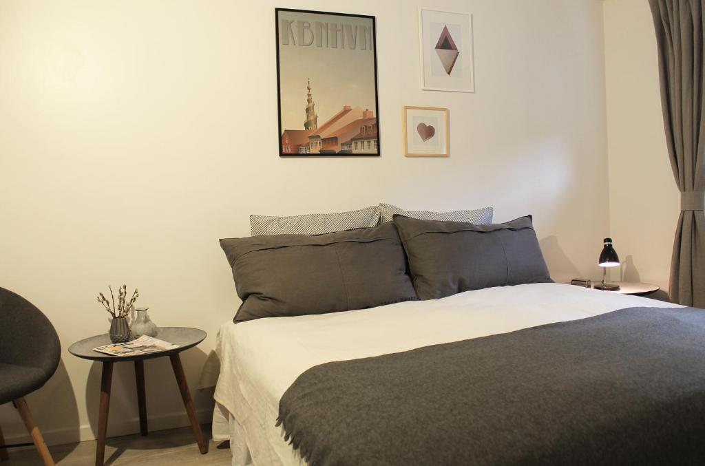 A bed or beds in a room at Jansvej Homestay