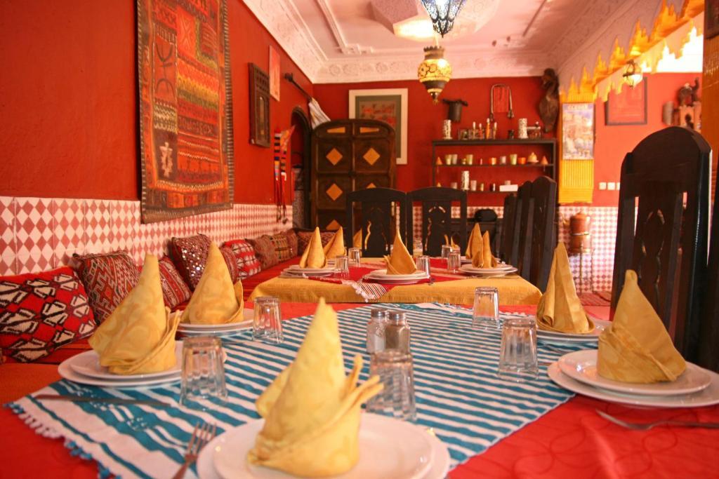 Un restaurante o sitio para comer en Maison Ayour