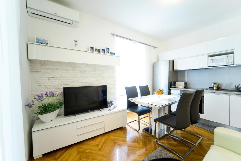 A television and/or entertainment centre at Central Palace Apartment