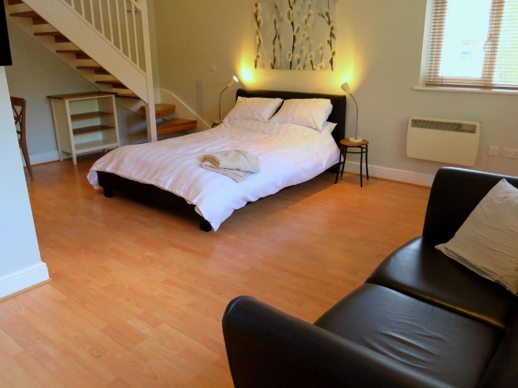 A bed or beds in a room at Private Space In Central Woodbridge