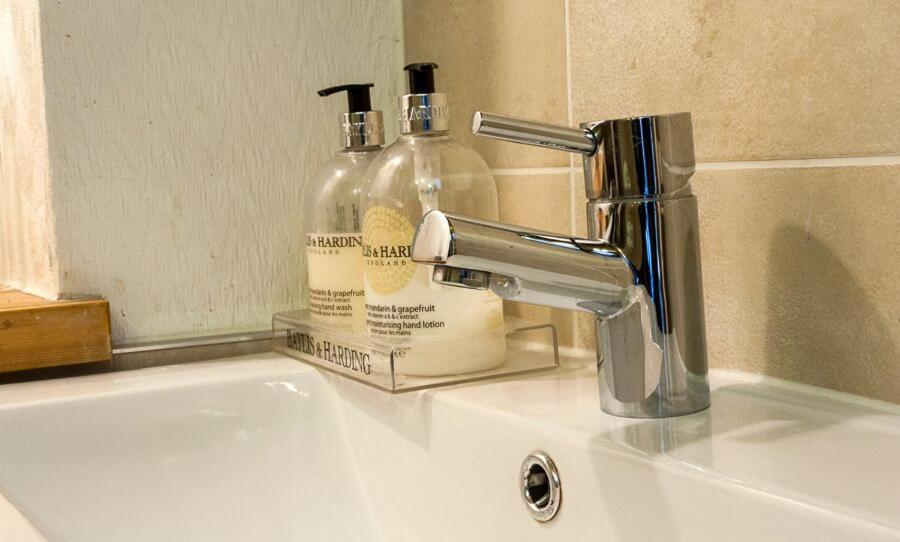 A bathroom at Balcroydon B&B