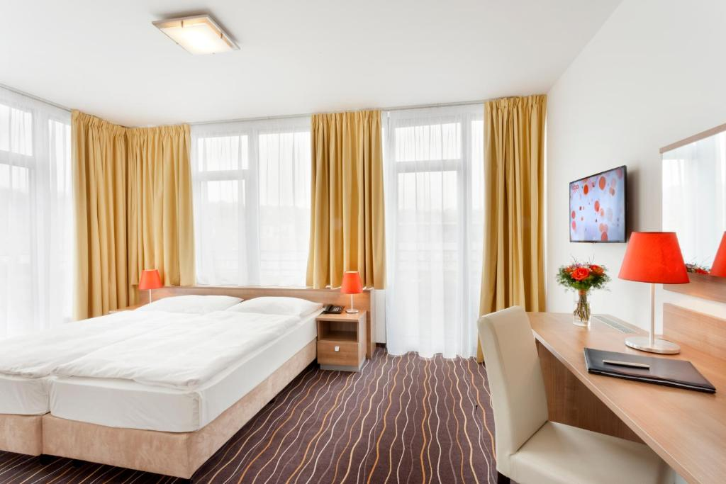 A bed or beds in a room at Akcent hotel