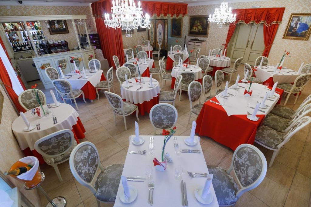A restaurant or other place to eat at Art Hotel Nikolaevsky Posad