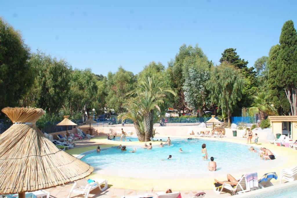 Vue sur la piscine de l'établissement Camping de la Baie ou sur une piscine à proximité