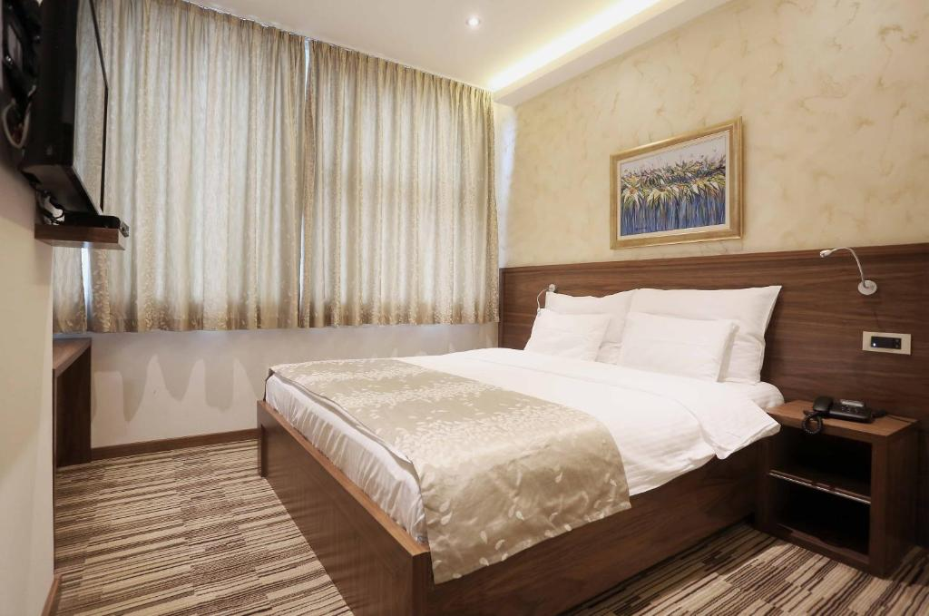 A bed or beds in a room at Hotel Bistrik