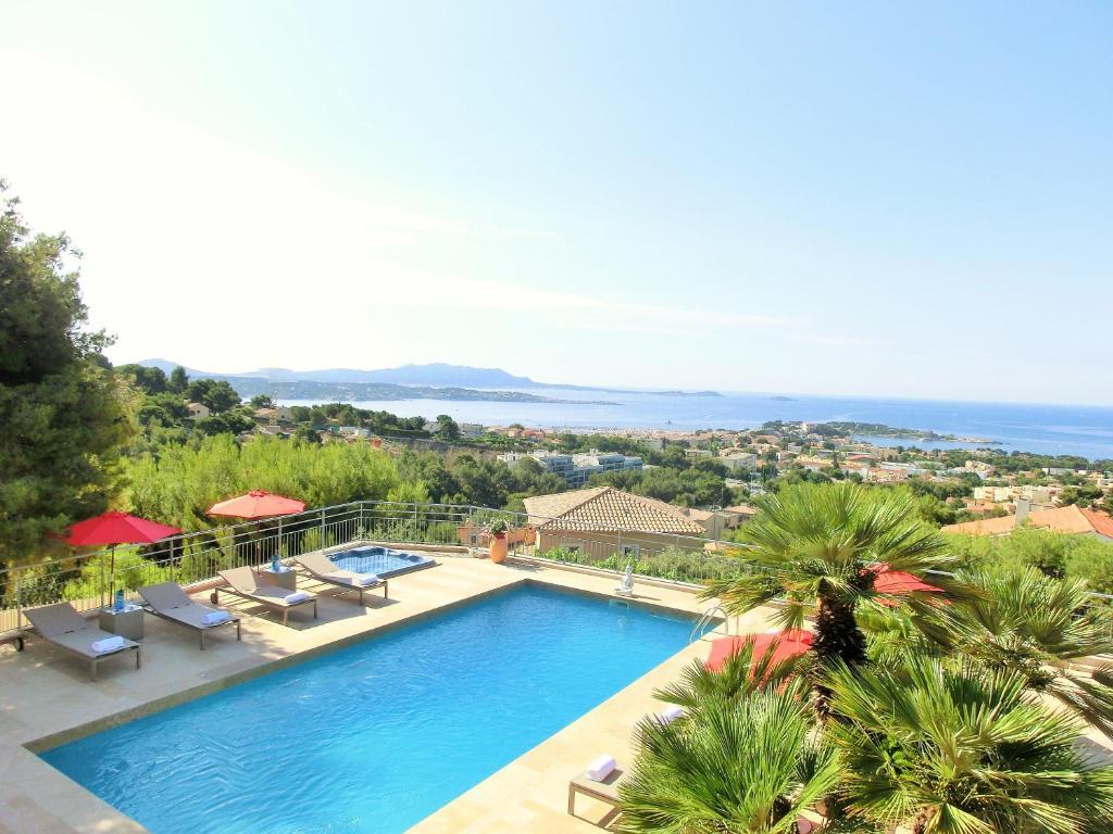 Vue sur la piscine de l'établissement Villa Azur Golf ou sur une piscine à proximité