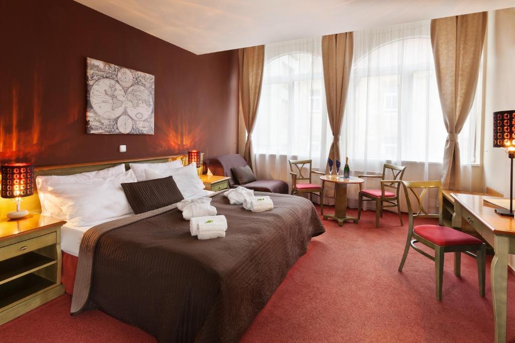 Un pat sau paturi într-o cameră la Hotel Augustus et Otto