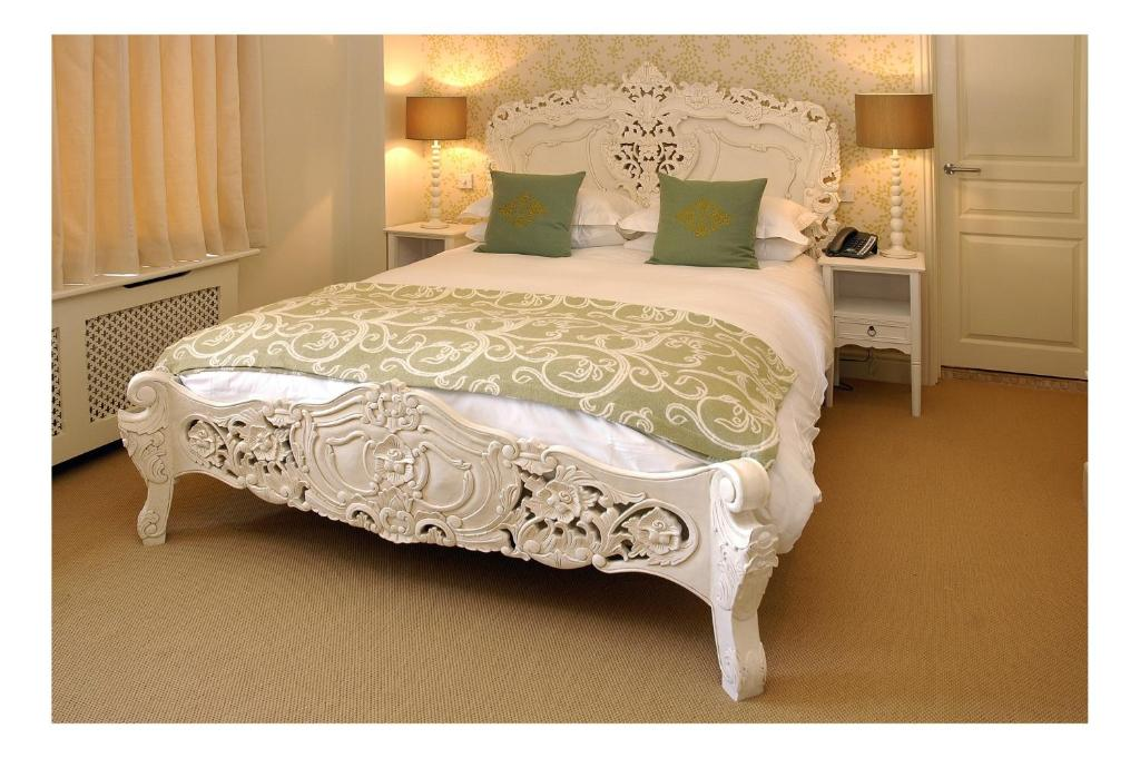 A bed or beds in a room at The Kings Arms