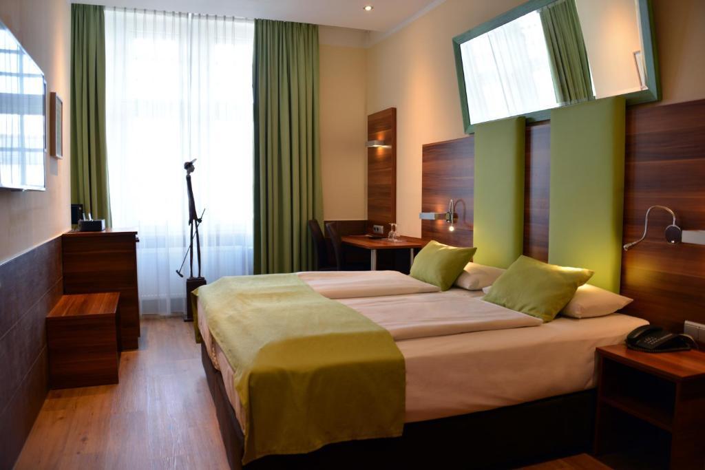 Een bed of bedden in een kamer bij Arthotel Munich