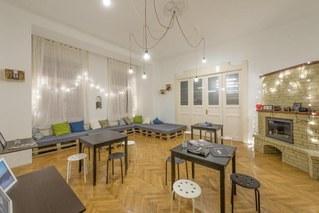 A restaurant or other place to eat at Art Photography Hostel Budapest
