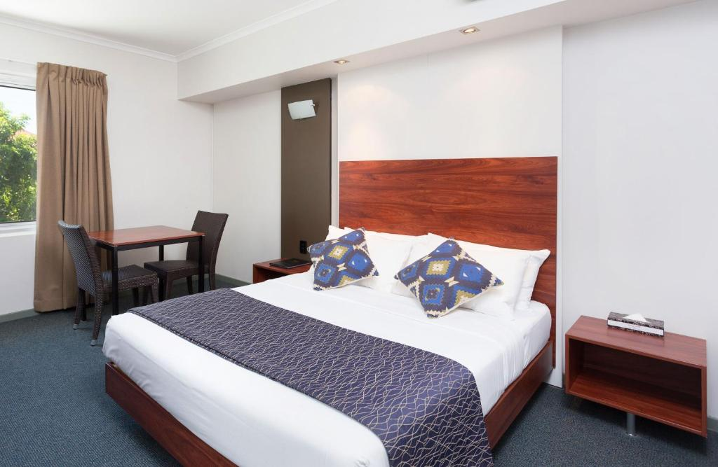 A bed or beds in a room at Rocklea International Motel