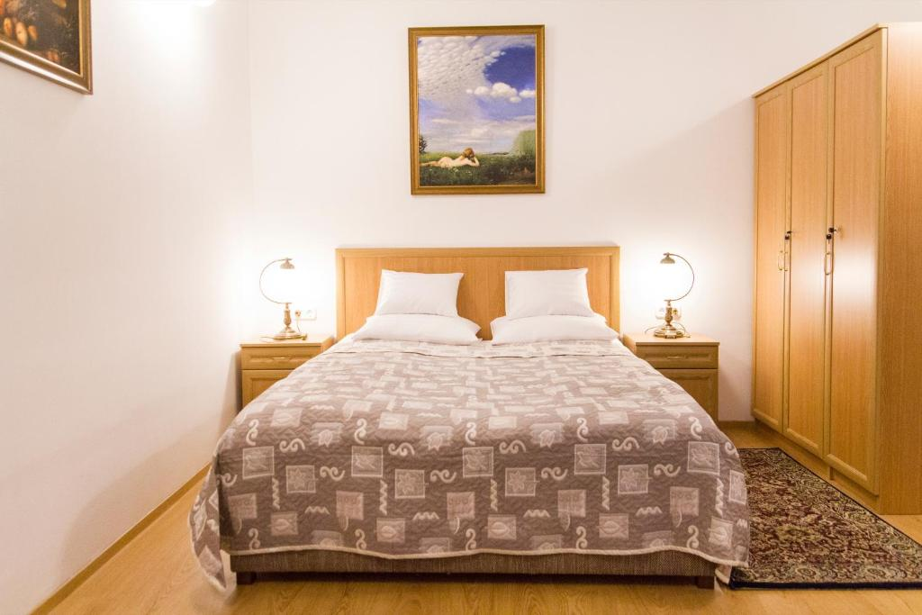 A bed or beds in a room at Authentic Grand Boulevard