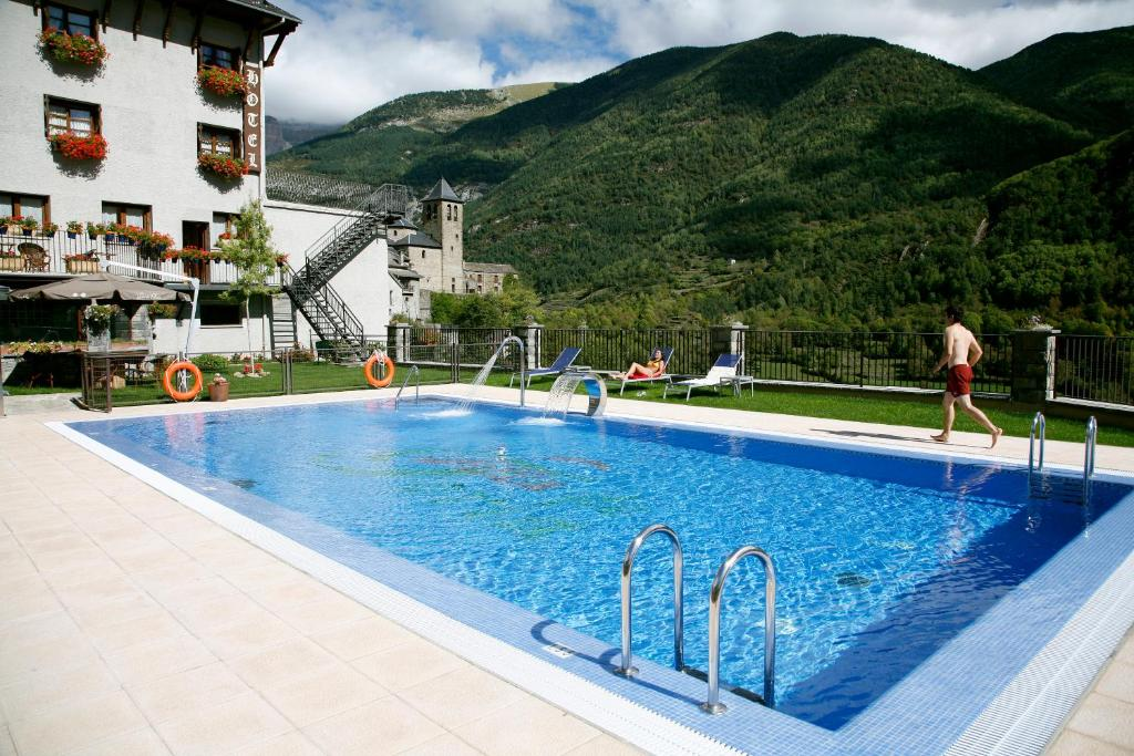 The swimming pool at or near Hotel Villa de Torla