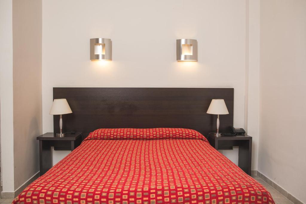 Una cama o camas en una habitación de Gran Hotel Victoria Cordoba Argentina