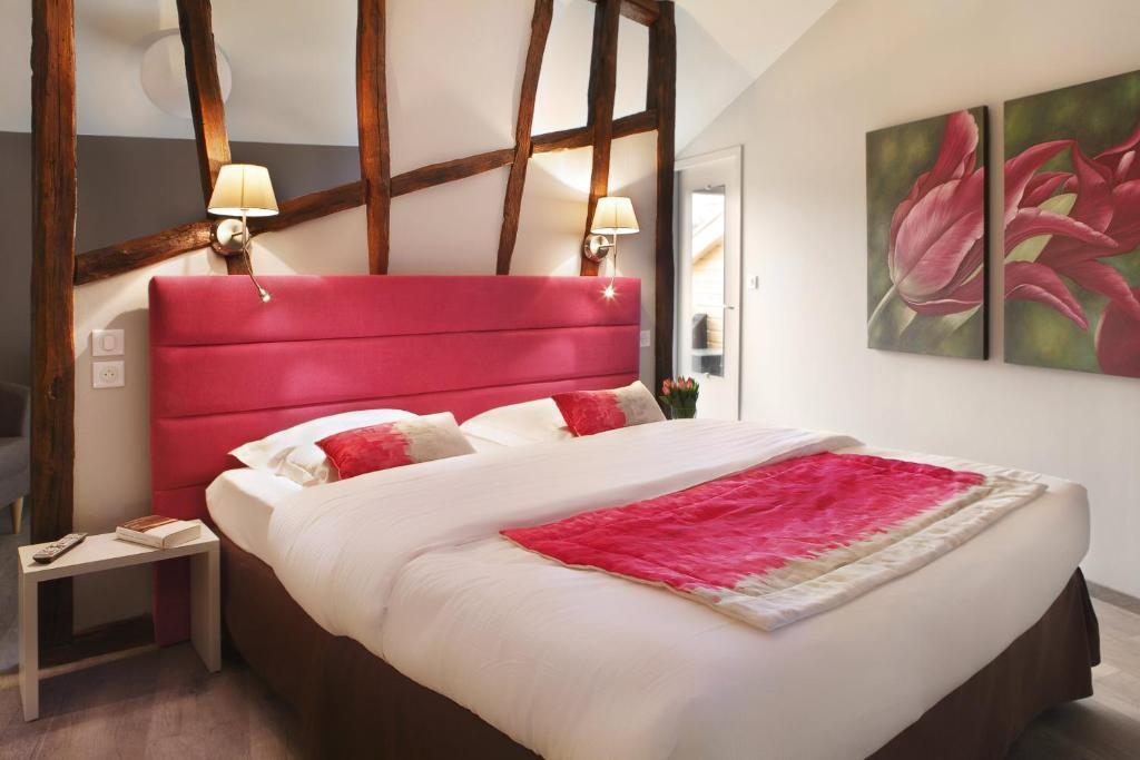 A bed or beds in a room at Auberge Bressane de Buellas