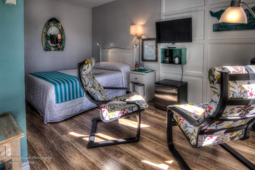 A seating area at Motel le Beluga